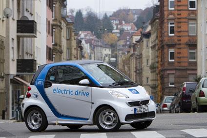 tanzende deutschlandfans in stuttgart werfen car2go smart um mietwagen. Black Bedroom Furniture Sets. Home Design Ideas